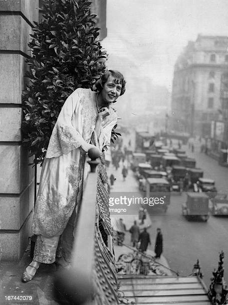 Revue star Mistinguette on the balcony of her hotel in London Great Britain Photography About 1931 Revuestar Mistinguette auf dem Balkon ihres Hotels...