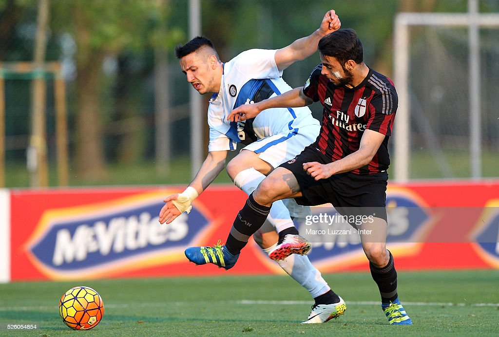 Rey Manaj (R) of FC Internazionale competes for the ball with Mattia El Hilali (L) of AC Milan during the juvenile match between AC Milan and FC Internazionale at Centro Sportivo Giuriati on April 29, 2016 in Milan, Italy.