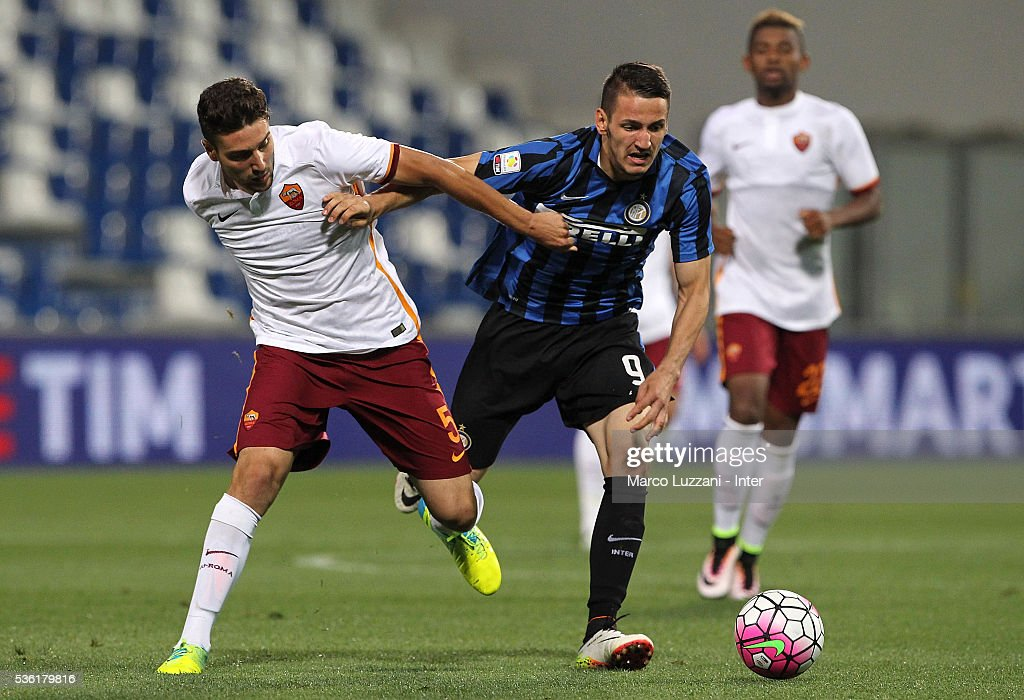 Rey Manaj (R) of FC Internazionale competes for the ball with Riccardo Marchizza (L) of AS Roma during the juvenile playoff match between FC Internazionale and AS Roma at Mapei Stadium - Citta' del Tricolore on March 31, 2016 in Reggio nell'Emilia, Italy.