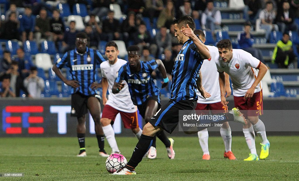 Rey Manaj of FC Internazionale scores his goal from the penalty spot during the juvenile playoff match between FC Internazionale and AS Roma at Mapei Stadium - Citta' del Tricolore on March 31, 2016 in Reggio nell'Emilia, Italy.