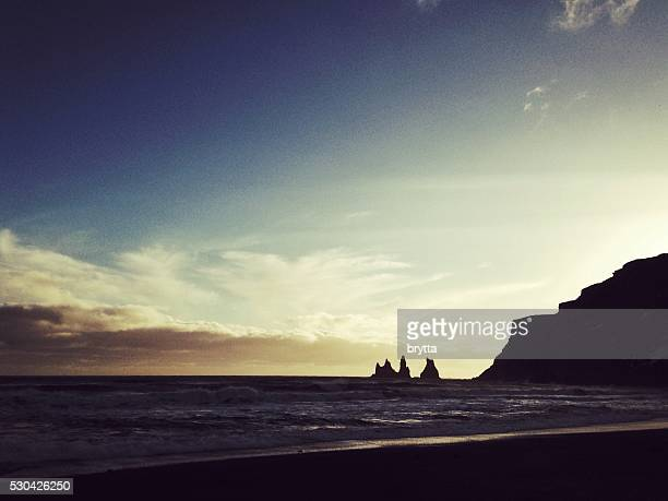 Basalte Reynisdrangar les rochers marins au coucher de soleil en Vik, Islande