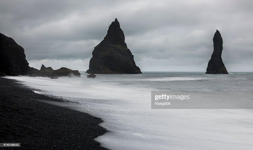 Reynisfjara Black Sand Beachwit Rocks : Foto de stock