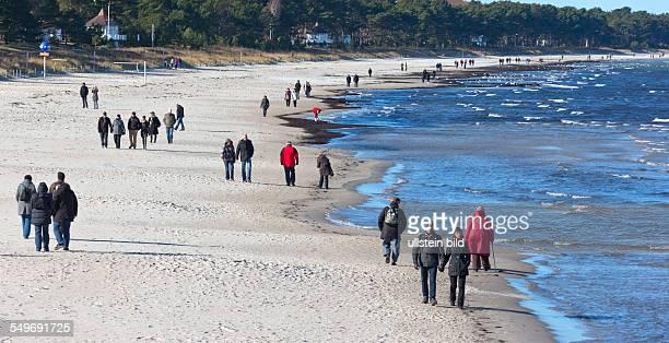Rügen Ostseebad Binz Urlauber beim Strandspaziergang an der Ostsee im Winter