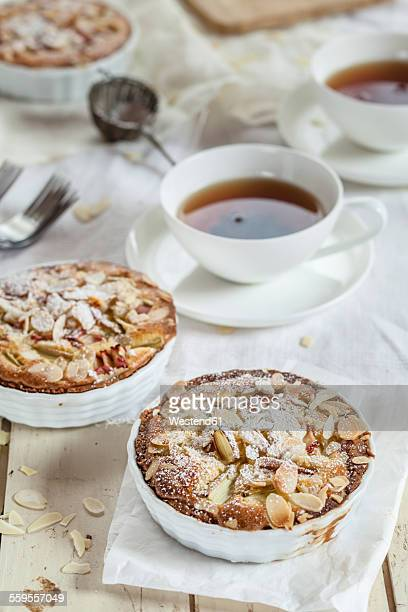 Rhubarb tartelettes with almonds and tea