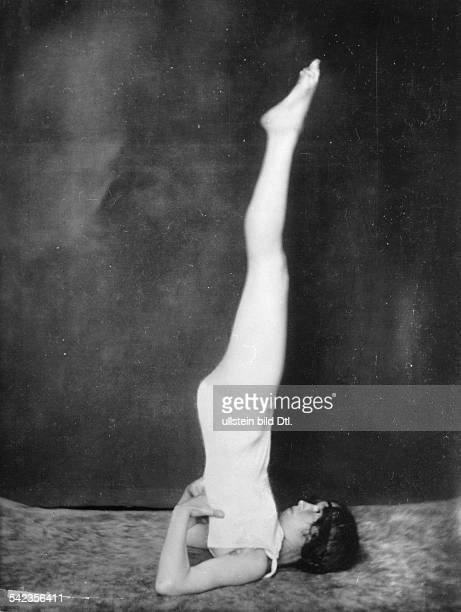 Rhythmic gymnastics Rhythmic gymnastics after the 'System Mensendieck' woman doing a shoulderstand 1925 Vintage property of ullstein bild