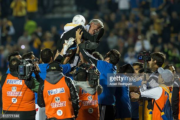 Ricardo Ferretti coach of Tigres celebrates with players his 400th victory at the end of a 8th round match between Tigres UANL and America as part of...