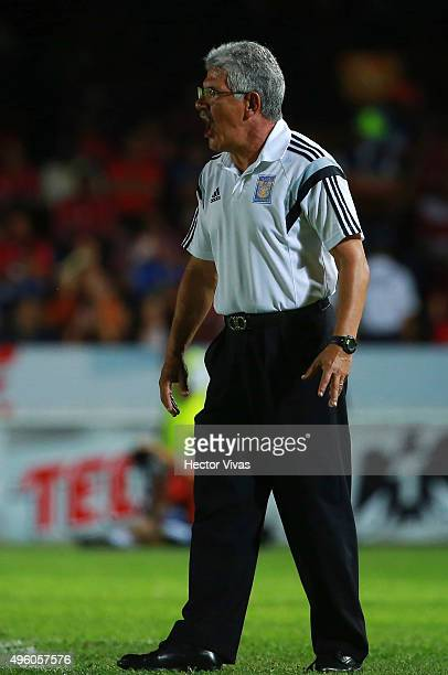 Ricardo Ferretti coach of Tigres gives instructions to his players during the 16th round match between Veracruz and Tigres UANL as part of the...