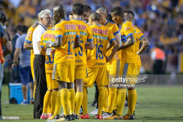 Ricardo Ferretti coach of Tigres talks to his players during the 1st round match between Tigres UANL and Puebla as part of the Torneo Apertura 2017...