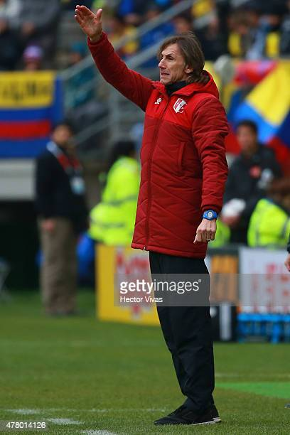 Ricardo Gareca coach of Peru gives instructions to his players during the 2015 Copa America Chile Group C match between Colombia and Peru at...