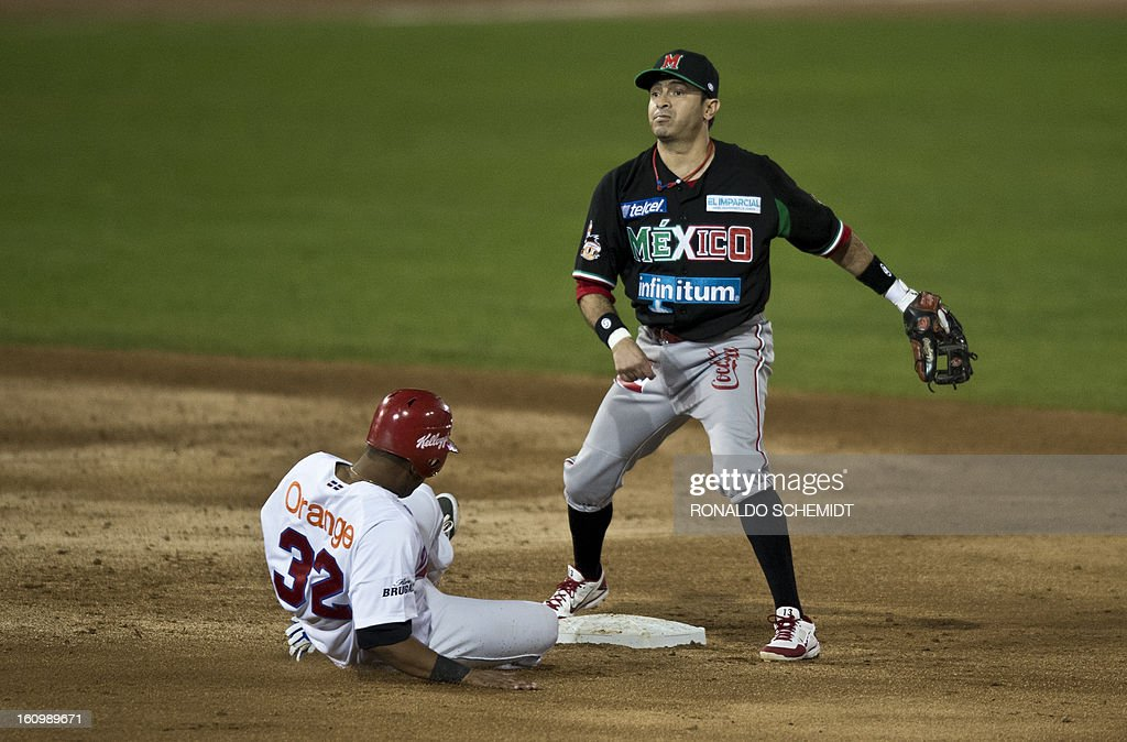 Ricardo Nanita (Bottom) of Leones del Escogido of Dominican Republic, is tags out by Carlos Valencia (R) of Yaquis de Obregon of Mexico, during the final match of the 2013 Caribbean baseball series, on February 7, 2013, in Hermosillo, Sonora State, in the northern of Mexico. AFP PHOTO/Ronaldo Schemidt