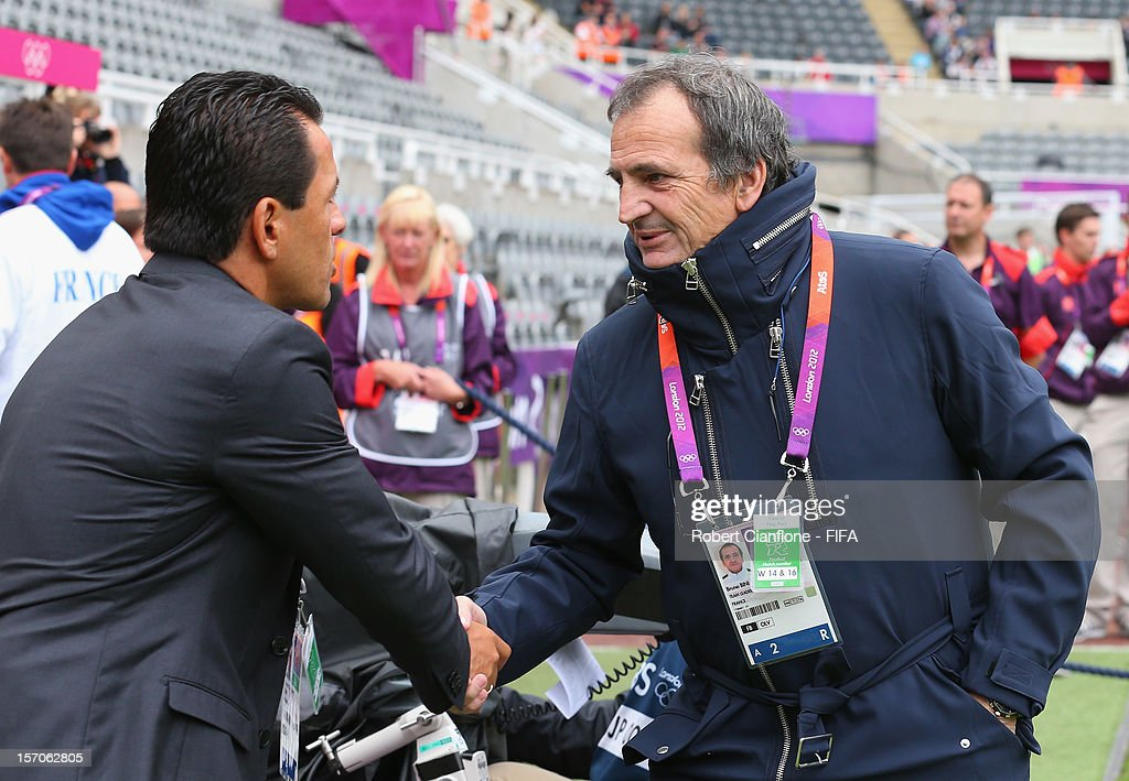 <a gi-track='captionPersonalityLinkClicked' href=/galleries/search?phrase=Ricardo+Rozo&family=editorial&specificpeople=7096882 ng-click='$event.stopPropagation()'>Ricardo Rozo</a> coach of Colombia shakes hands with French coach <a gi-track='captionPersonalityLinkClicked' href=/galleries/search?phrase=Bruno+Bini&family=editorial&specificpeople=2391630 ng-click='$event.stopPropagation()'>Bruno Bini</a> prior to Women's Football first round Group G match between France and Colombia on Day 4 of the London 2012 Olympic Games at St James' Park on July 31, 2012 in Newcastle upon Tyne, England.