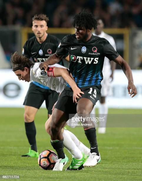 Riccardo Montolivo of AC Milan competes for the ball with Franck Kessie of Atalanta BC during the Serie A match between Atalanta BC and AC Milan at...