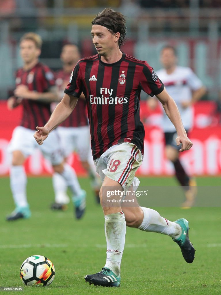 Riccardo Montolivo of AC Milan in action during the Serie A match between AC Milan and Cagliari Calcio at Stadio Giuseppe Meazza on August 27, 2017 in Milan, Italy.