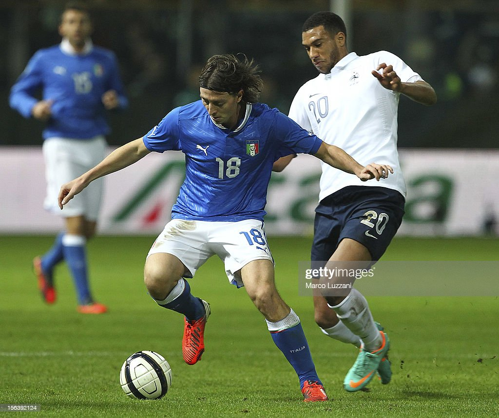 Riccardo Montolivo (L) of Italy competes for the ball with Etienne Capoue of France during the international friendly match between Italy and France at Stadio Ennio Tardini on November 14, 2012 in Parma, Italy.