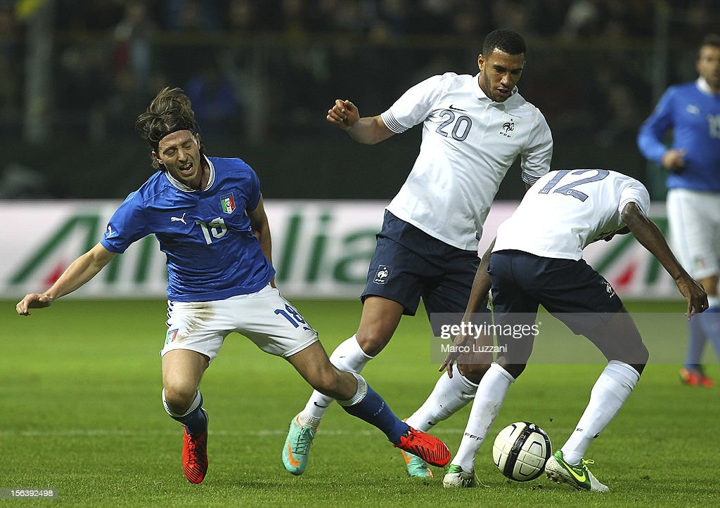 Riccardo Montolivo (L) of Italy competes for the ball with Etienne Capoue (C) and Blaise Matuidi (R) of France during the international friendly match between Italy and France at Stadio Ennio Tardini on November 14, 2012 in Parma, Italy.