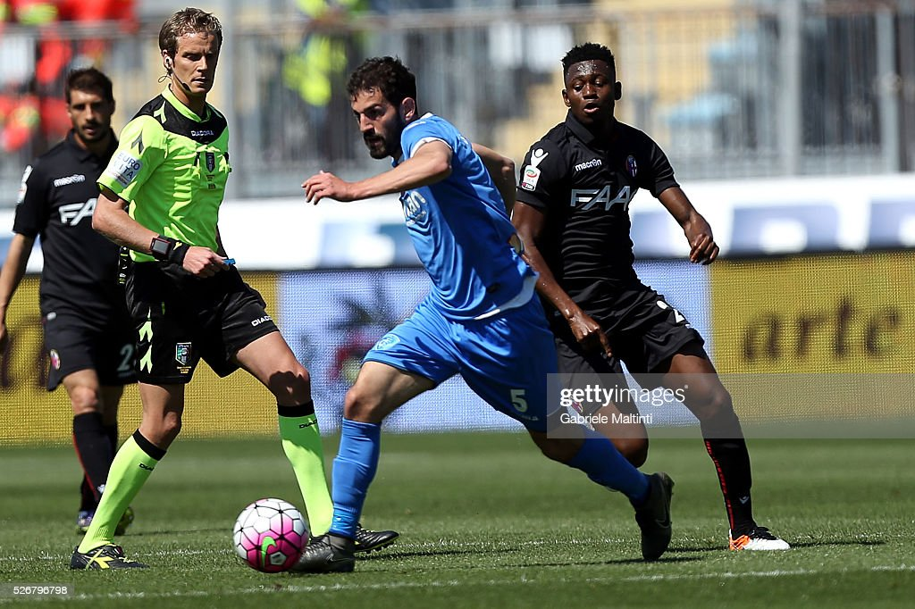 <a gi-track='captionPersonalityLinkClicked' href=/galleries/search?phrase=Riccardo+Saponara&family=editorial&specificpeople=7597684 ng-click='$event.stopPropagation()'>Riccardo Saponara</a> of Empoli FC battles for the ball with Amadou Diawara of Bologna Fc during the Serie A match between Empoli FC and Bologna FC at Stadio Carlo Castellani on May 1, 2016 in Empoli, Italy.