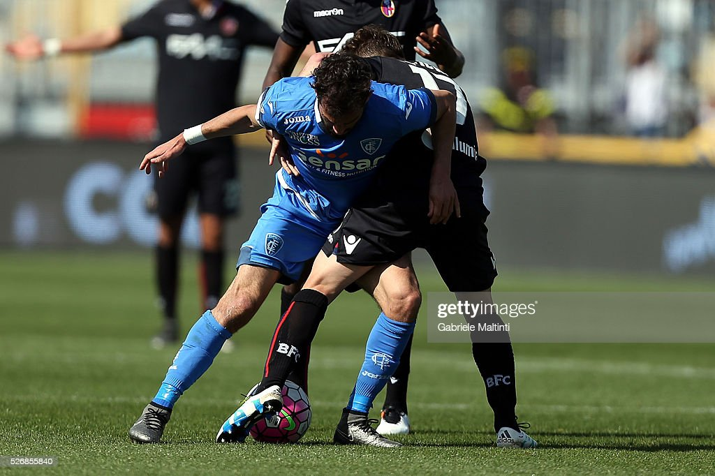 Riccardo Saponara of Empoli FC battles for the ball with Emanule Giaccherini of Bologna Fc during the Serie A match between Empoli FC and Bologna FC at Stadio Carlo Castellani on May 1, 2016 in Empoli, Italy.