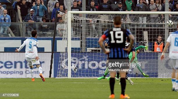 Riccardo Saponara of Empoli scores the opening goal during the Serie A match between Atalanta BC and Empoli FC at Stadio Atleti Azzurri d'Italia on...
