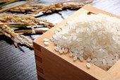 升に盛った日本米と稲穂です。升に入れていないバージョンもございます。