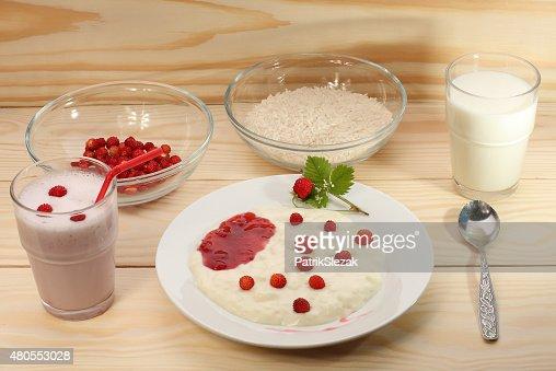 Arroz com leite, papas de aveia, morangos silvestres de smoothie, componentes : Foto de stock