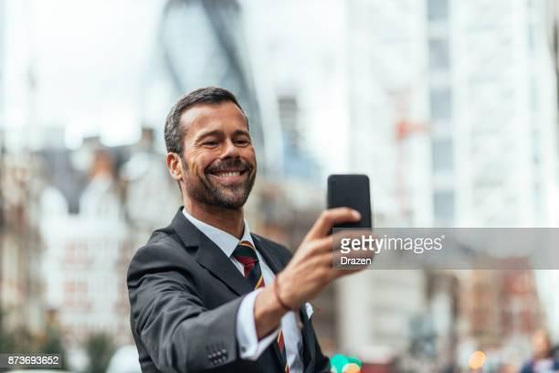 豊富なビジネスマンのロンドンの彼の投資会社を訪問