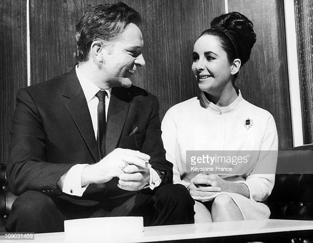Richard Burton and Elizabeth Taylor talk during the filming of The VIP's directed by Anthony Asquith in 1962 London England The film is based on a...