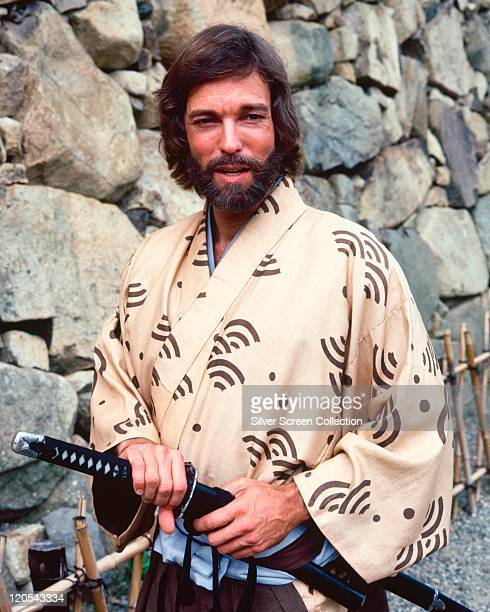 Richard Chamberlain US actor wearing a kimono and holding a samurai sword in a publicity portrait issued for the US television series 'Shogun' Japan...