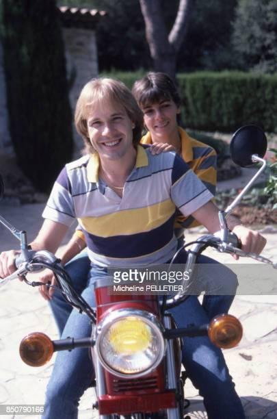 Richard Clayderman et sa femme Typhaine Pagès dans leur maison de vacances dans le Midi en septembre 1982 France