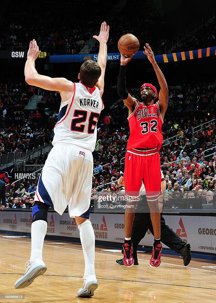 Richard Hamilton #32 of the Chicago Bulls shoots against <a gi-track='captionPersonalityLinkClicked' href=/galleries/search?phrase=Kyle+Korver&family=editorial&specificpeople=202504 ng-click='$event.stopPropagation()'>Kyle Korver</a> #26 of the Atlanta Hawks on February 2, 2013 at Philips Arena in Atlanta, Georgia.