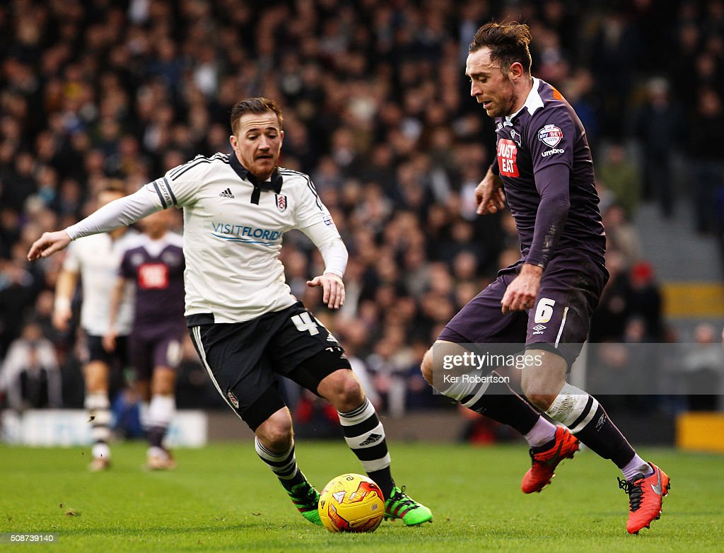 Richard Keogh (R) of Derby County holds off the challenge of <a gi-track='captionPersonalityLinkClicked' href=/galleries/search?phrase=Ross+McCormack+-+Joueur+de+football&family=editorial&specificpeople=13496004 ng-click='$event.stopPropagation()'>Ross McCormack</a> (L) of Fulham during the Sky Bet Championship match between Fulham and Derby County at Craven Cottage on February 6, 2016 in London, England.