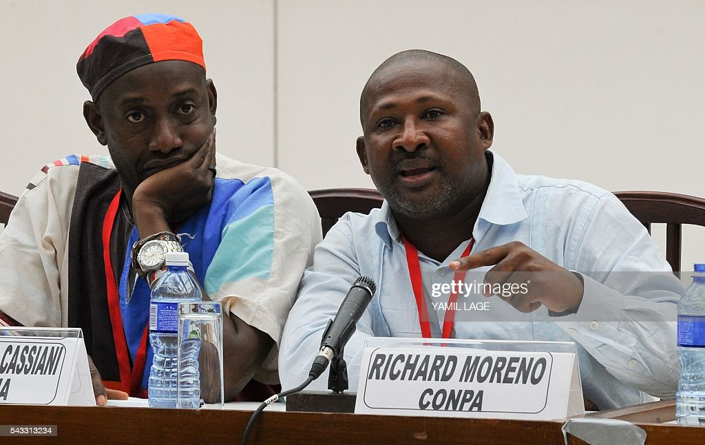 Richard Moreno (R), a member of Afro-Colombian communities, speaks during a press conference after their meeting with the negotiating teams of the FARC-EP and the Government of Colombia in Havana, on June 27, 2016. / AFP / YAMIL