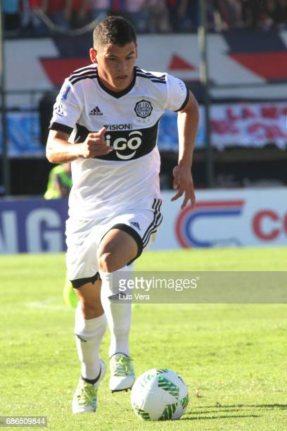 Richard Sanchez of Olimpia drives the ball during a match between Olimpia and Cerro Porteño as part of the 17th round of Torneo Apertura 2017 at...