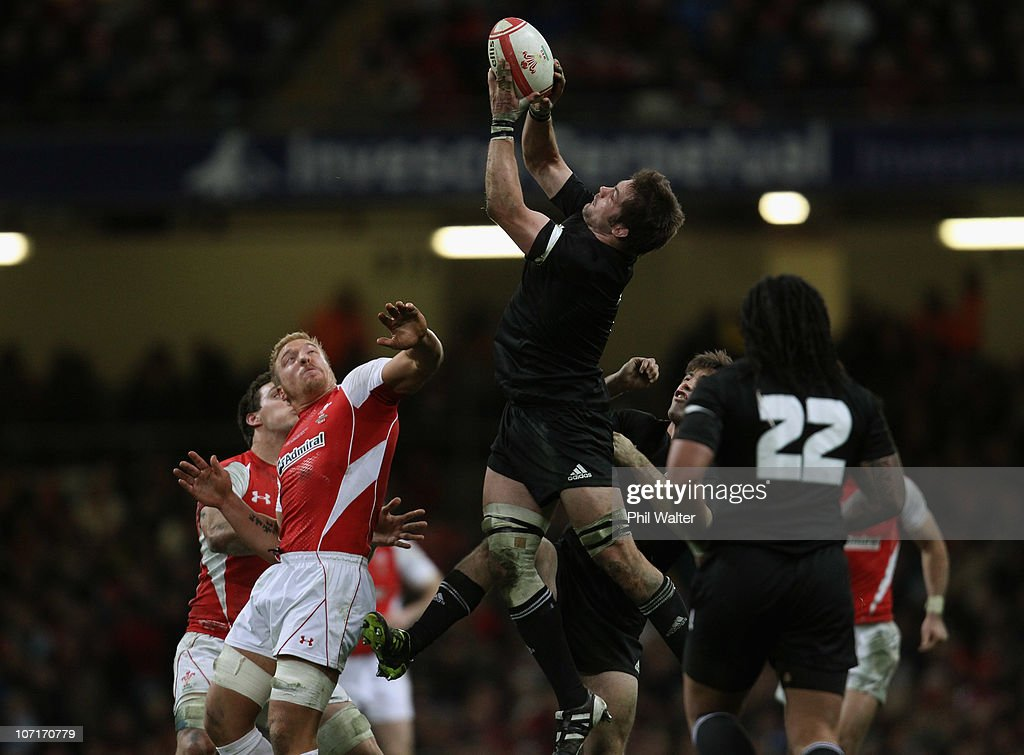 Richie McCaw of the All Blacks collects the high ball during the test match between Wales and the New Zealand All Blacks at Millennium Stadium on November 27, 2010 in Cardiff, Wales.