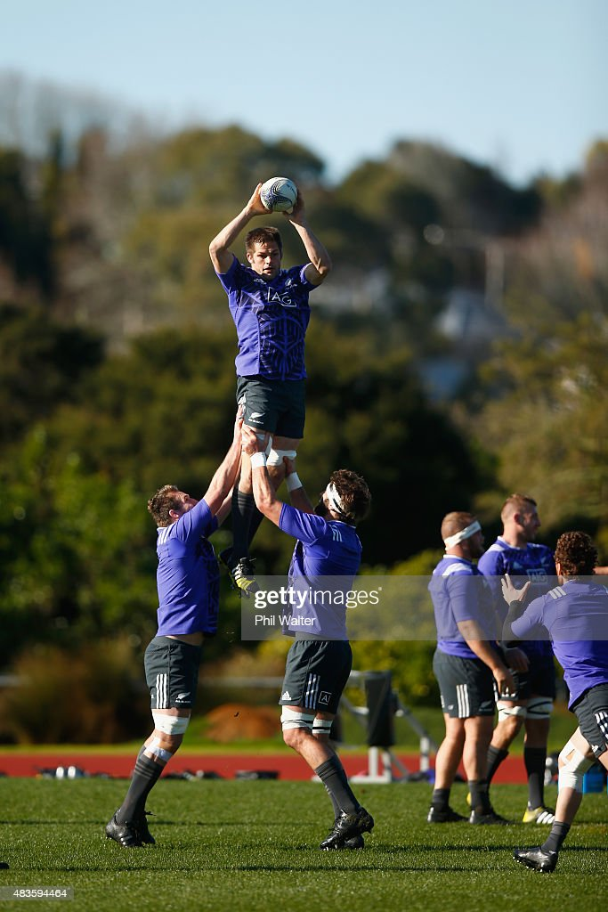 Richie McCaw of the All Blacks takes the ball in the lineout during a New Zealand All Blacks training session at Trusts Stadium on August 11, 2015 in Auckland, New Zealand.