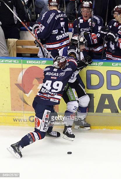 Richie Regehr Ryan Ramsay Zweikampf Aktion Spielszene EHC Eisbaeren Eisbären Berlin Straubing Tigers Sport Eishockey DEL O2World Berlin Herren...