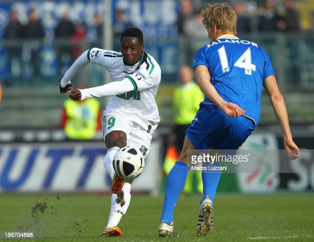 Richmond Boakye of US Sassuolo is challenged by Bartosz Salamon of Brescia Calcio during the Serie B match between Brescia Calcio and US Sassuolo at...