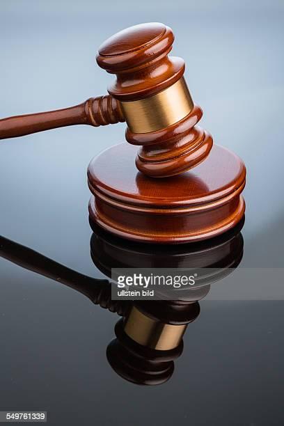 Richterhammer auf weißem Hintergrund Symbolfoto für Gerechtigkeit