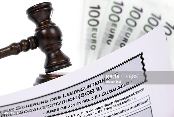 Richterhammer Geldscheine und ALG2Antrag Urteil zu den HartzIVRegelsätzen