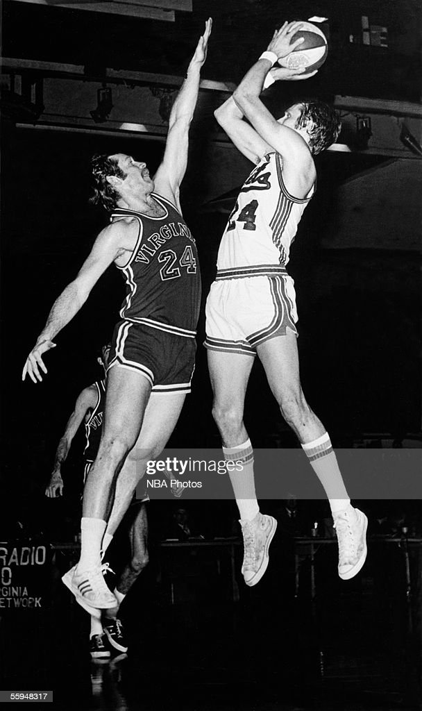Rick Barry of the New York Nets shoots a jump shot against the Virginia Squires during an ABA game circa 1970 at the Nassau Veterans Memorial...