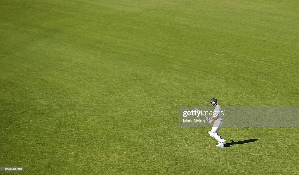 <a gi-track='captionPersonalityLinkClicked' href=/galleries/search?phrase=Ricky+Ponting&family=editorial&specificpeople=176564 ng-click='$event.stopPropagation()'>Ricky Ponting</a> of Tasmania walks onto the field to bat during day four of the Sheffield Shield match between the Tasmania Tigers and the Victoria Bushrangers at Blundstone Arena on March 17, 2013 in Hobart, Australia.
