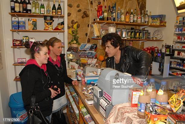 Ricky Shayne mit zwei jungen Kundinnen Kiosk Düsseldorf NordrheinWestfalen Deutschland Europa Kasse Tresen Sänger Künstler