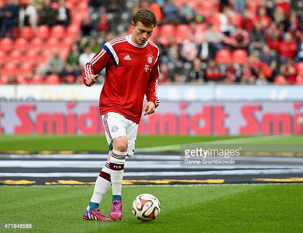 Rico Strieder of FC Bayern Muenchen warms up prior to kickoff during the Bundesliga match between Bayer 04 Leverkusen and FC Bayern Muenchen at...
