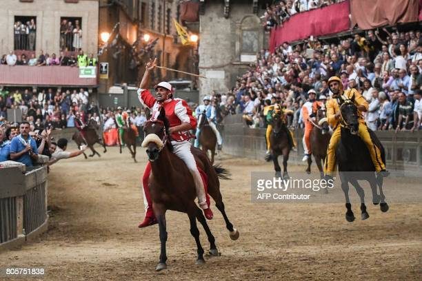 Riders compete in the historical Italian horse race 'Palio di Siena' on July 2 2017 in Siena / AFP PHOTO / Claudio Giovannini