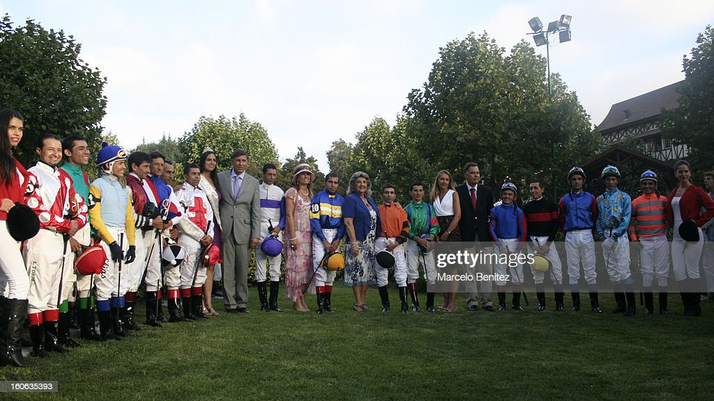Riders pose for the official picture during the Derby 2013 on February 03 in Viña del Mar, Chile.