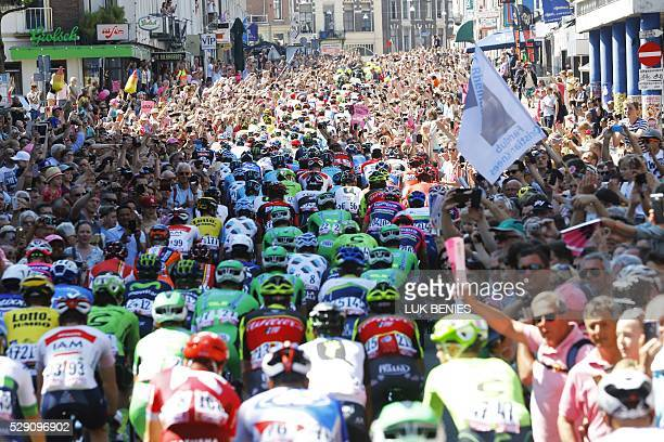 Riders take the start of the third stage of the Giro d'Italia in Nijmegen on May 8 2016 / AFP / luk benies