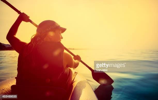 Guida su un kayak nel tramonto