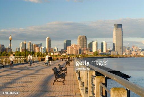 Pessoas no Parque da liberdade de Nova Jersey ao pôr do sol