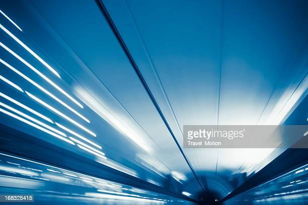 Reiten durch eine U-Bahn tunnel in Paris, Frankreich