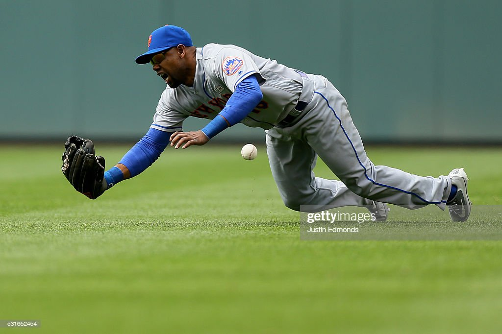 Right fielder <a gi-track='captionPersonalityLinkClicked' href=/galleries/search?phrase=Alejandro+De+Aza&family=editorial&specificpeople=4181650 ng-click='$event.stopPropagation()'>Alejandro De Aza</a> #16 of the New York Mets comes up short on a ball off the bat of Tyler Chatwood of the Colorado Rockies at Coors Field on May 15, 2016 in Denver, Colorado. The Rockies defeated the Mets 4-3 to sweep the three-game series.