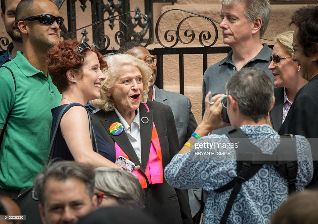 LGBT rights activist Edith Windsor(C) poses for a photo as Mayor Bill de Blasio joins elected officials, advocates and New Yorkers in designating Stonewall Inn a National Monument,on June 27, 2016 in New York. / AFP / Bryan R. Smith